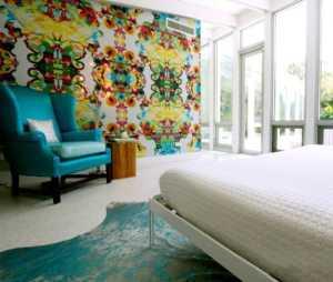 客厅背累墙旁挨着卧室门的装修图