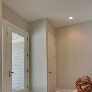 进门左边厨房右边厕所