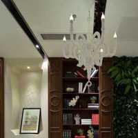 家装风格是现代简约风格沙发背景墙是绿色的沙发是白色