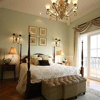 暖色系温馨卧室简约三居装修效果图