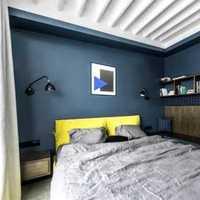 请问床头的墙壁上方是一块长方形的大木板作为装饰上面放着