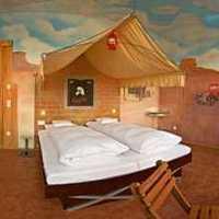 原木色典雅精致型卧室三居装修效果图